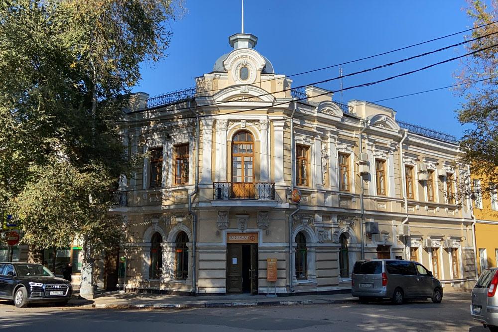 Дом купца Гладкова построили в 1895 году на Петровской, главной улице Таганрога. Сейчас в нем отделение Сбербанка и пенсионного фонда. Горожане считают особняк одним из самых красивых зданий в Таганроге