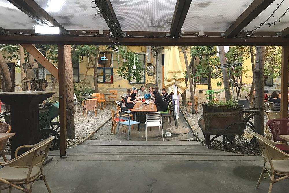 Сад Grandio находится в седьмом районе. Это, пожалуй, самое шумное и молодежное место — рядом хостел, бары и множество клубов