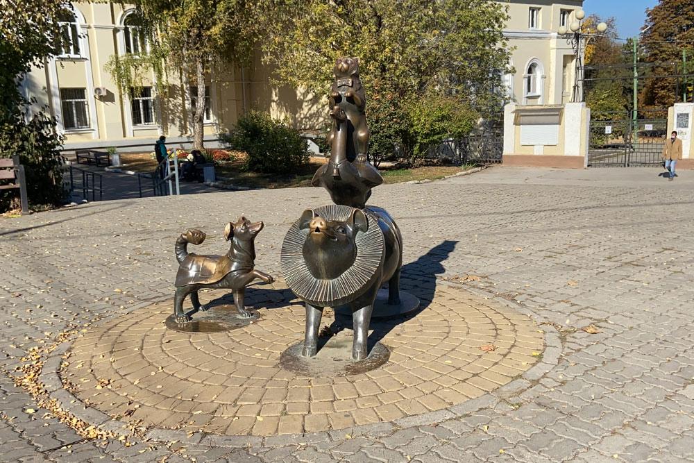 В 2010 году в Таганроге отмечали 150-летие со дня рождения Чехова и на улицах появились скульптуры героев чеховских рассказов. Это памятник «египетской пирамиде» — цирковому номеру из рассказа «Каштанка»