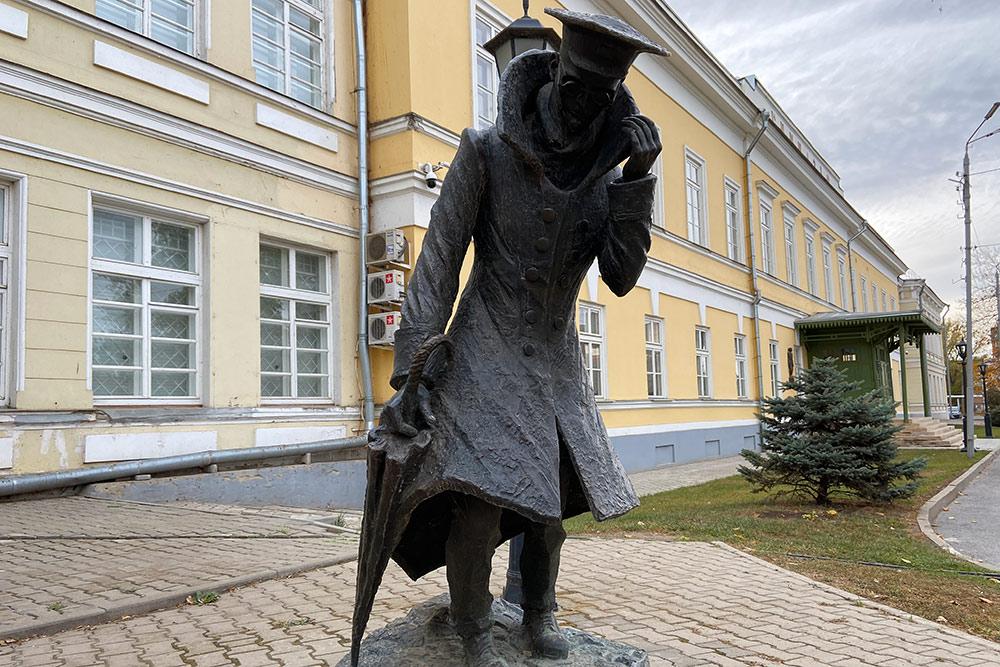 Человек в футляре — это учитель гимназии Беликов, который всего боялся. Памятник поставили у чеховской гимназии в январе 2010года