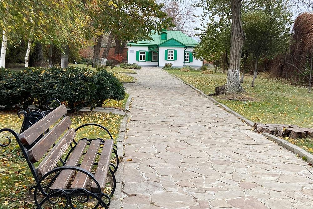 Домик на бывшей Полицейской улице, где Чехов жил до девяти лет. В 19 веке здесь росли фруктовые деревья, которые вдохновили писателя на создание пьесы «Вишневый сад»