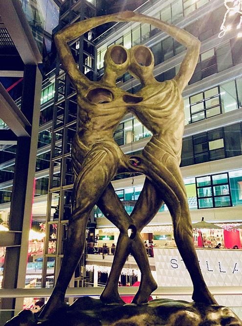 Скульптура Дали настоящая, но рядом нет ни охраны, ни сигнализации. Дали в Китае не знают, а владелец молла — очень богатый человек и одновременно ценитель искусства, который решил поделиться своей коллекцией с народом