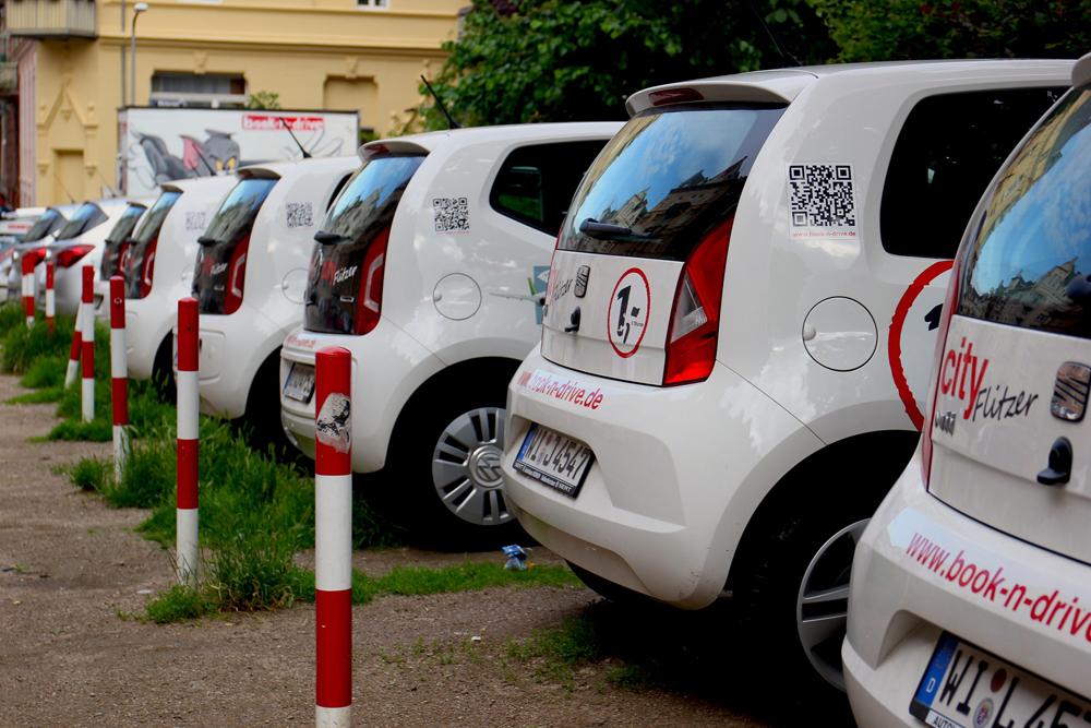 Шеринговый транспорт выделяется из всех машин фирменными цветами и надписями, поэтому его всегда легко найти. Источник: kenny2332 / Pixabay