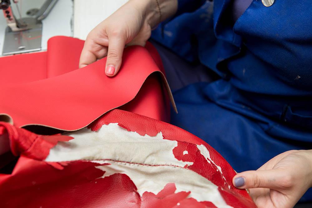 Инна регулярно заказывает новые образцы обивочных тканей для клиентов