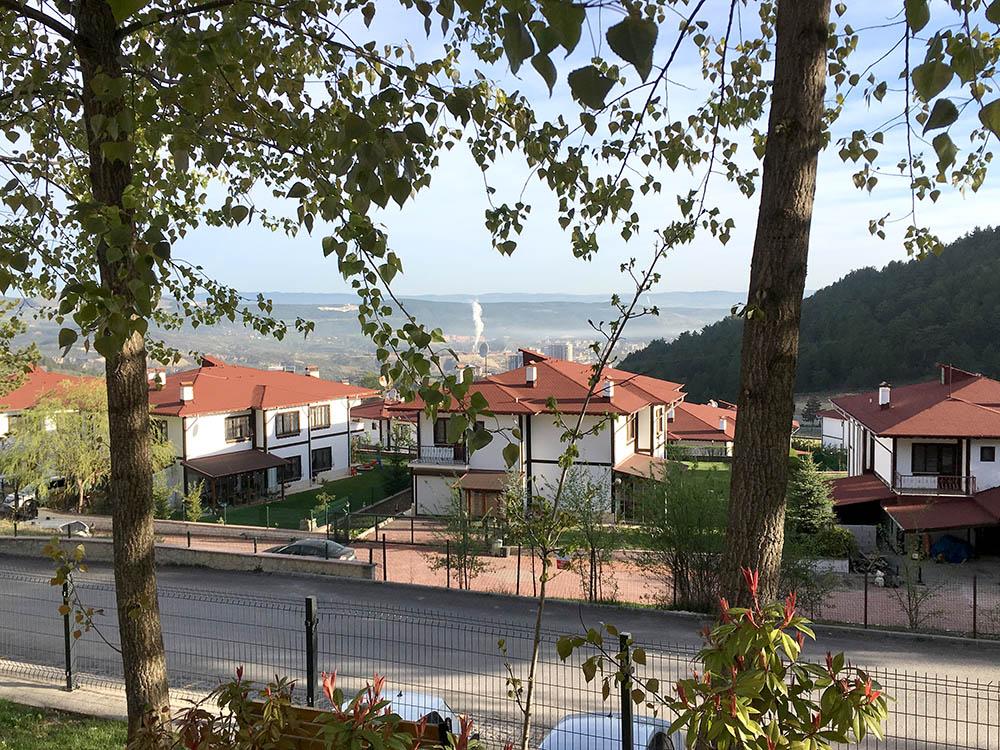 Вид из гостиницы в маленьком городе на севере Турции