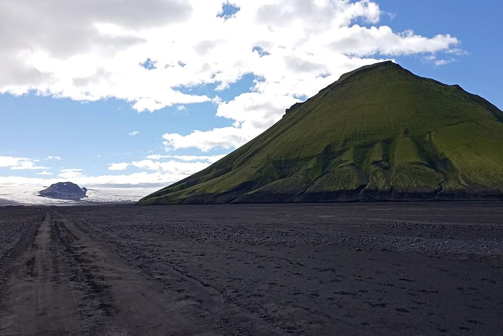 В некоторых частях острова вместо зеленых полей — выжженная пеплом земля