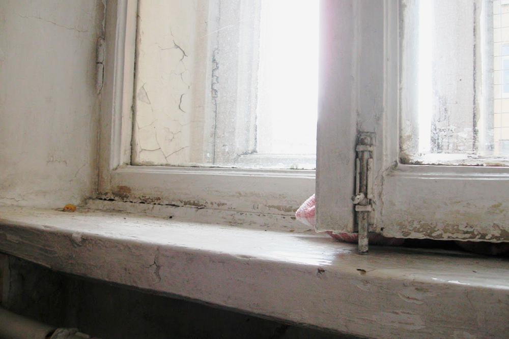 Из всей обстановки окна и подоконники были в самом плачевном состоянии