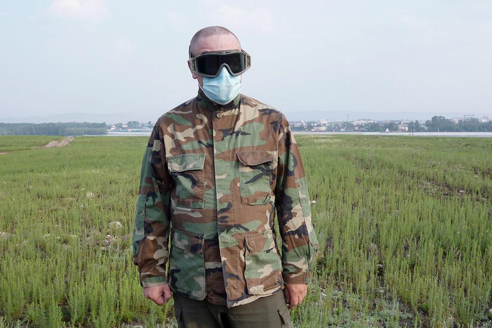 Роль главного злодея исполняет автор статьи. Очки и маска нужны для защиты глаз и органов дыхания