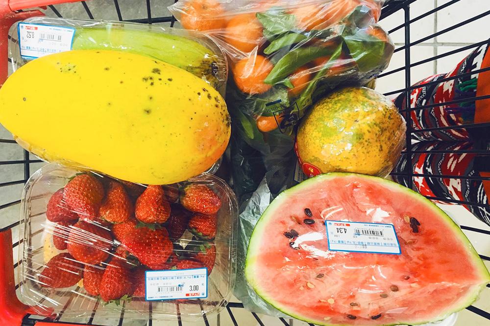 Я постоянно покупала фрукты. Вот моя типичная корзина с покупками