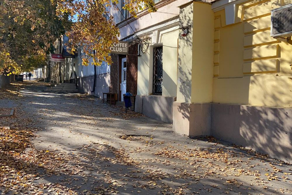 Если убрать кондиционеры и современные вывески, то переулок Глушко превратится в Одессу или Ялту сталинской эпохи
