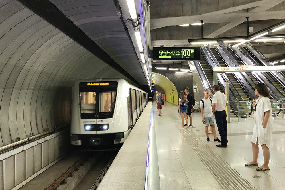 По будапештской подземке ходят несколько видов составов — есть даже поезд без машиниста, он курсирует по зеленой ветке М4