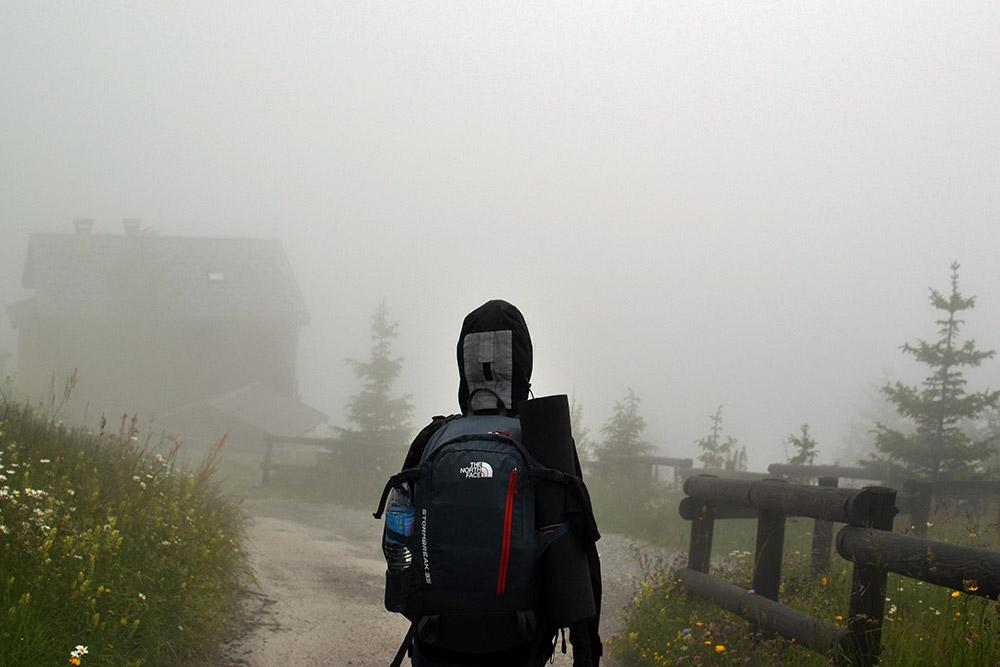 Иногда дорогу в горах заволакивало облаками, и ничего не было видно дальше 10 м