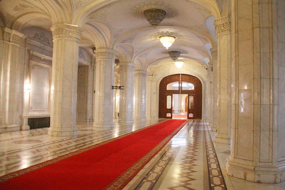 Дворец должен был стать убежищем на случай землетрясения или ядерной атаки. Это самое дорогое здание в мире