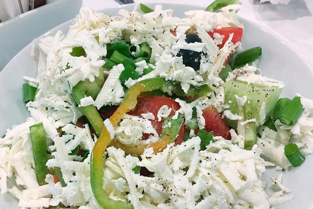 Брынзу в шопский салат могут нарезать кусочками или натереть