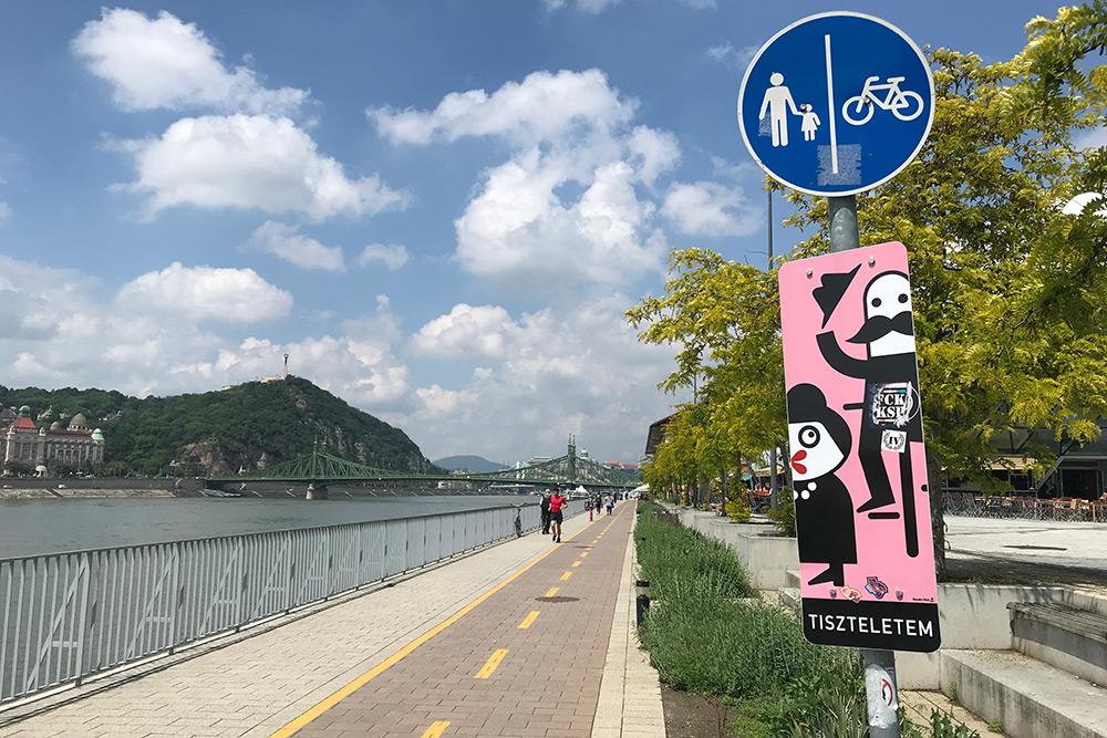 По всему городу есть выделенные велодорожки, велосветофоры и специальные знаки. Многие горожане ездят по делам на велосипеде, самокате, гироскутере или на скейтборде. Мы берем велосипед или самокат напрокат больше для развлечения