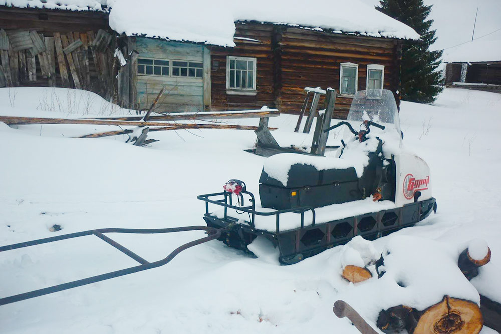 Если снегоход ночевал на улице, перед поездкой очищаем его от снега