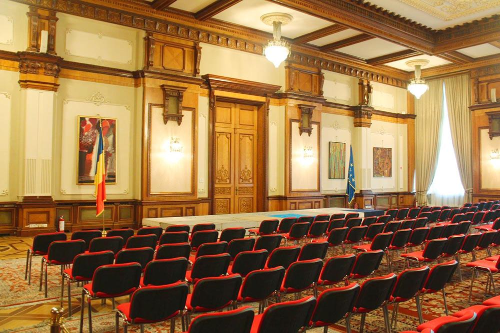 Многие помещения во дворце не используются, в некоторых даже не завершена отделка. Этот зал — исключение
