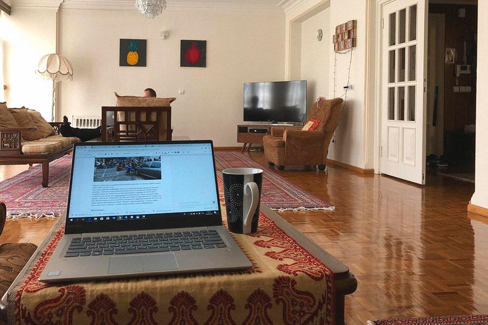 В квартире много ковров и стиль «дорого-богато»: иранцы любят такой. Картины я сама нарисовала, потомучто не могла смотреть на те, что были на стенах изначально