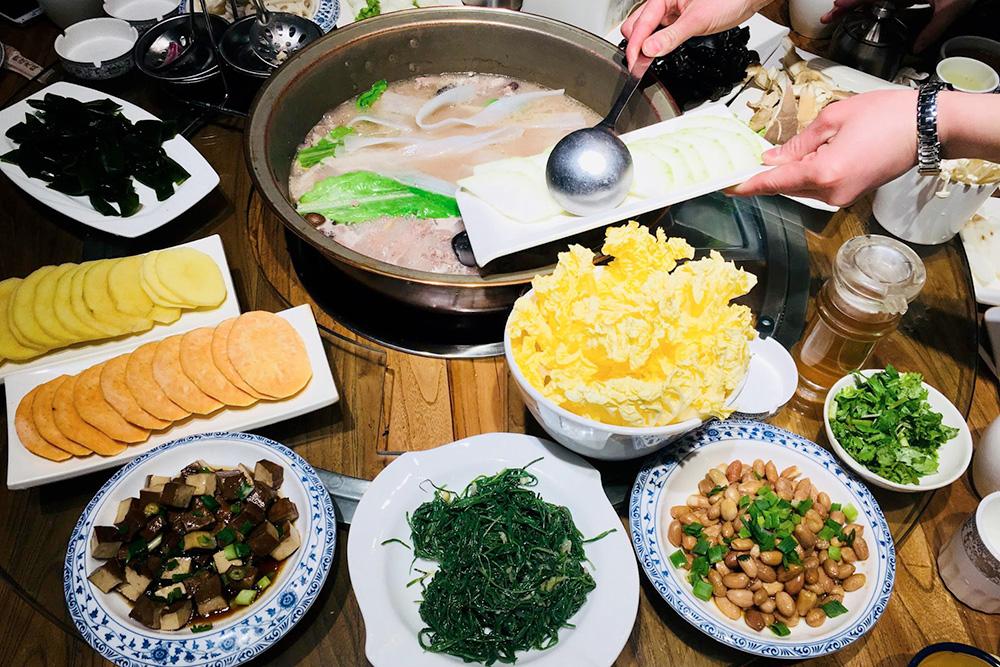 Традиционное для китайцев блюдо — «хот-пот», или горячий котелок, куда складываются все ингредиенты. Они варятся прямо на огне на столе, а потом вылавливаются из получившегося супа палочками