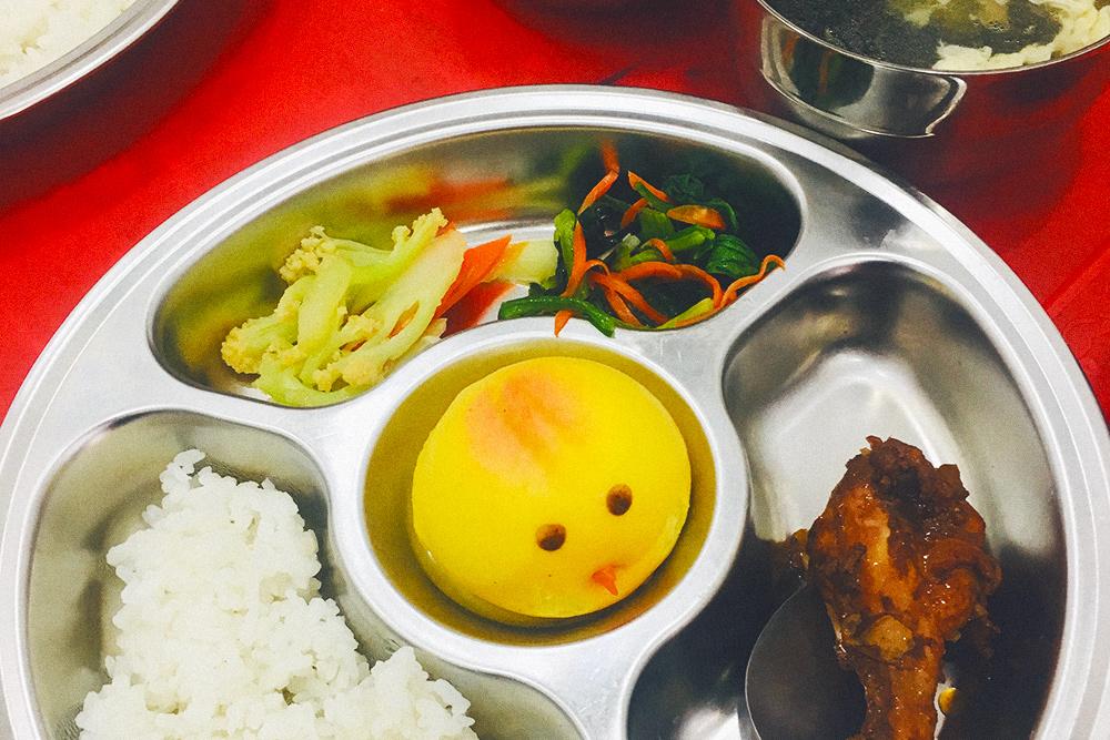 Так выглядит типичный обед или ужин школьника не дома: суп с водорослями и яйцом, рис, овощи, курица и паровая булка
