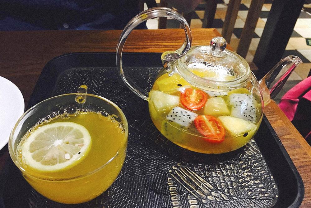 Во фруктовый чай добавили помидоры черри. Они тут считаются ягодой
