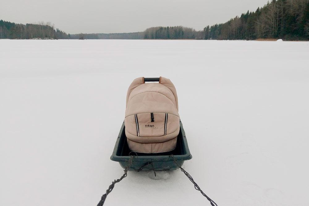 Когда встал лед, мы ходили за дровами на другой берег озера с санками-волокушами. Волокуши — универсальная вещь: возим и дрова, и рыболовное снаряжение, и даже детскую коляску