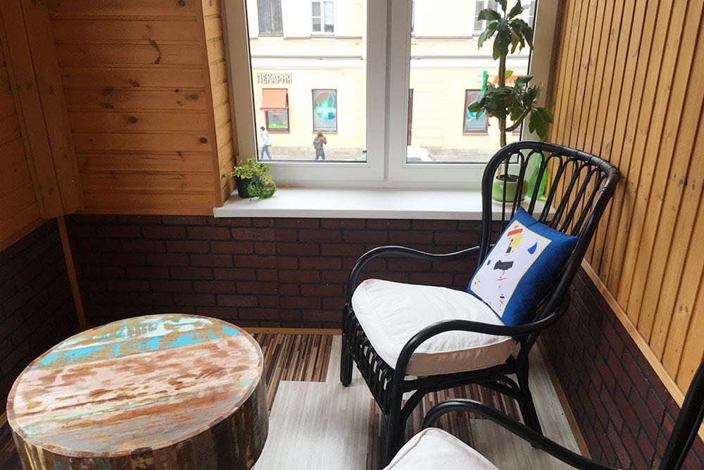Тот самый балкон, который покорил с первого взгляда и во многом определил покупку квартиры: с наступлением тепла он становится моим рабочим местом