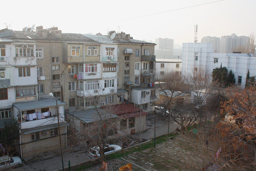 Вид из квартиры, где я жила: типичный спальный район, балконы-комнаты, вдалеке — новые многоэтажки