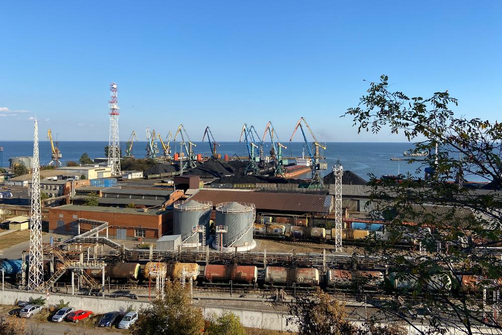Таганрогский морской порт принимает суда, которые ходят по Азовскому, Черному и Средиземному морям. Даже во время натянутых отношений между Россией и Украиной в порт прибывали корабли с углем из Донбасса