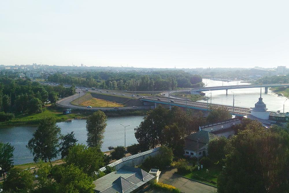 Московский мост по утрам забит машинами