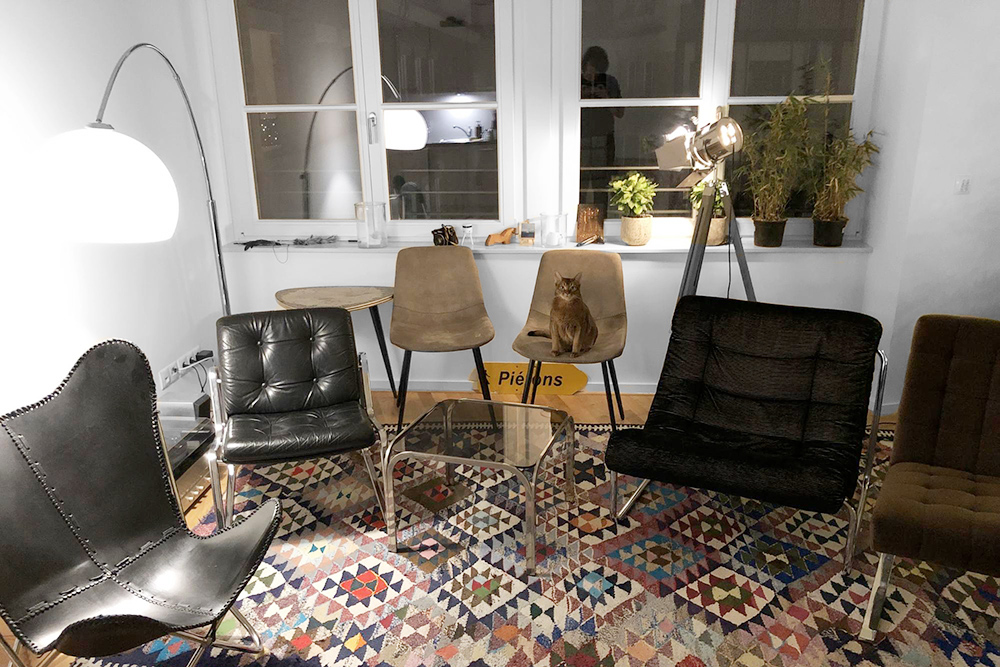 Ждем друзей в гости. Всю эту мебель мы купили на «Кляйнанцайгене». Я лично вез каждое кресло на общественном транспорте — тут это никого не удивляет