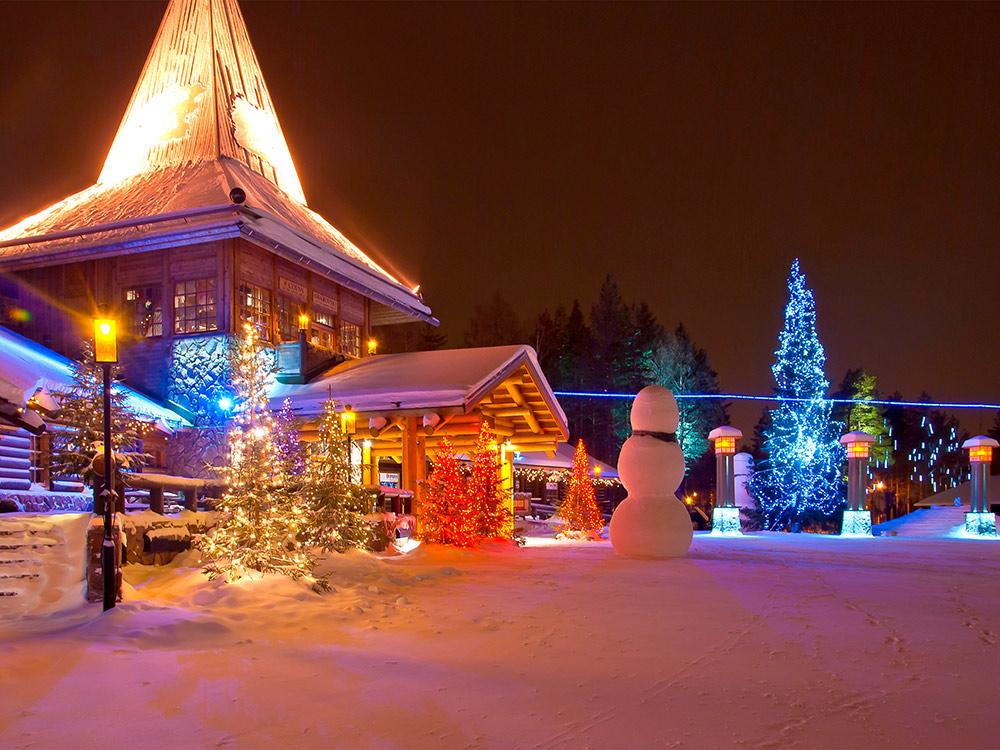 «Санта-вилладж» — резиденция финского Санта-Клауса. Голубая линия обозначает линию Полярного круга. Фото: Shutterstock
