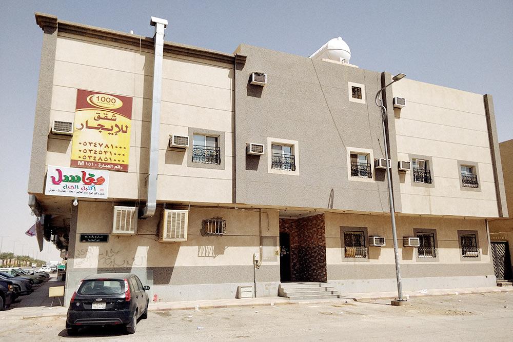 Все спальные районы в Эр-Рияде выглядят однообразно: многоквартирные дома и виллы песочного цвета не выше 3—4 этажей. Мы живем в этом доме