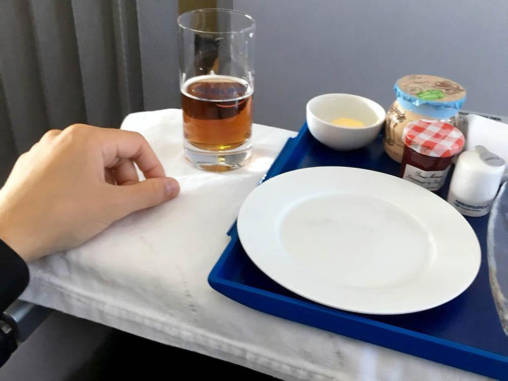 Бизнес-класс на рейсе Москва — Уфа: скатерти, керамическая посуда, меню для искушенных
