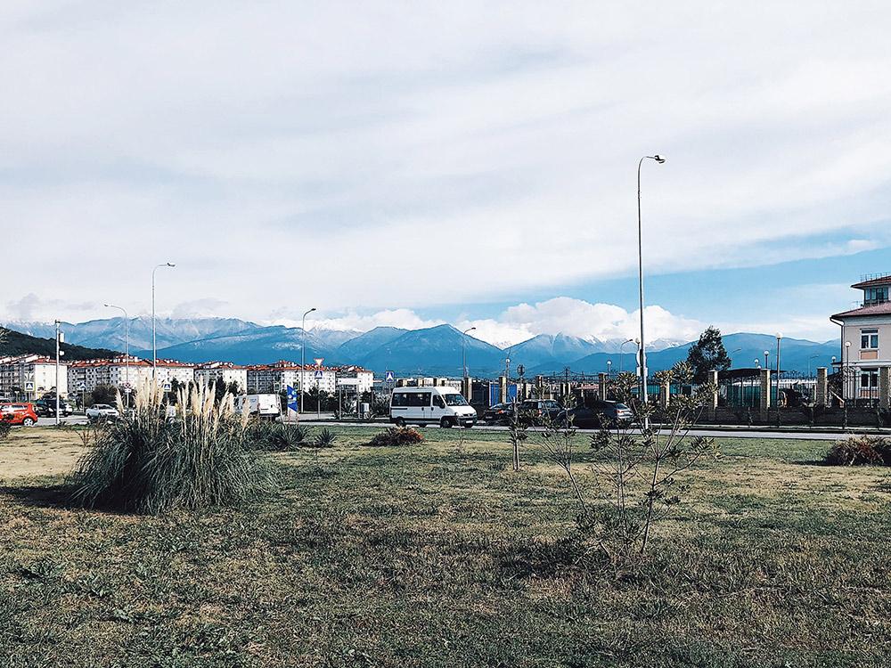 В ноябре рядом с набережной трава еще зеленая, а в горах практически нет снега