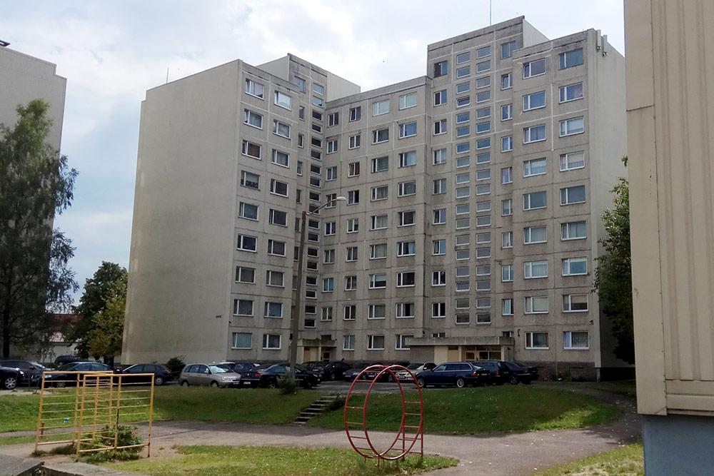 Этот дом мало изменился с советских времен и даже сохранил «антикварную» детскую площадку