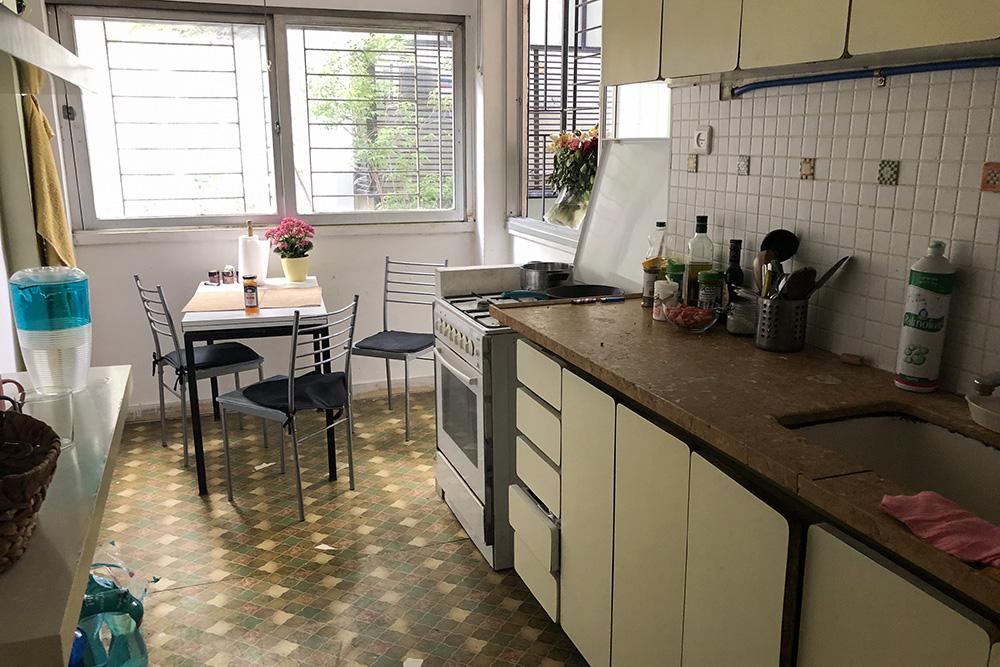 Кухня была просто королевской. Я видела варианты настолько маленьких кухонь, что в них еле-еле влезала плита, а места длястола не было. Люди готовят и уносят тарелки в комнату, едят уже там