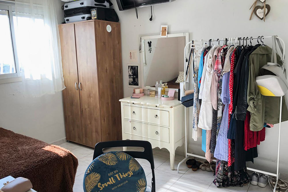 Так выглядела моя комната во второй квартире. На другой стороне, не попавшей в кадр, стояли кровать и небольшой рабочий стол. Справа была дверь в маленькую ванную комнату