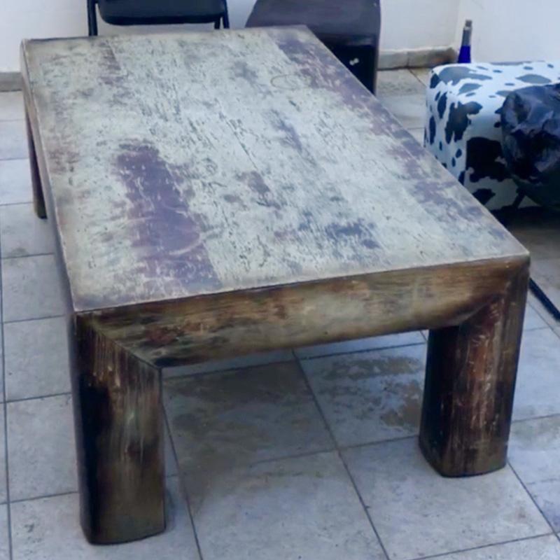Однажды мы с друзьями увидели на улице классный потертый стол из натурального дерева. Не смогли пройти мимо такого винтажа — забрали его и поставили на балконе