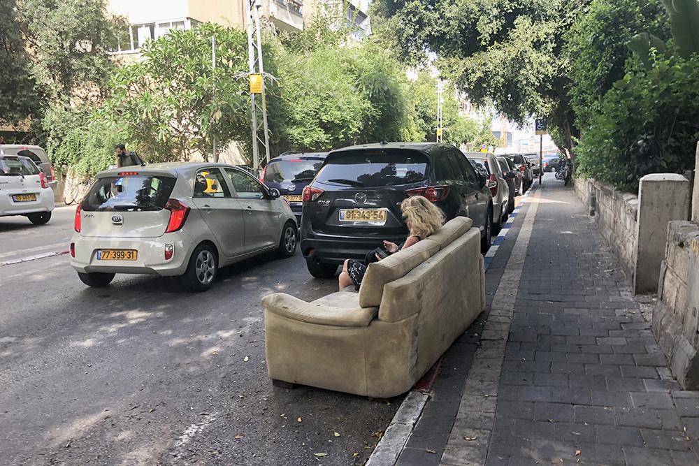 Как-то в Тель-Авиве я увидела посреди улицы диван, на котором как ни в чем не бывало сидела женщина. Видимо, она заприметила находку и «забронировала» ее, пока ждала того, кто поможет увезти диван