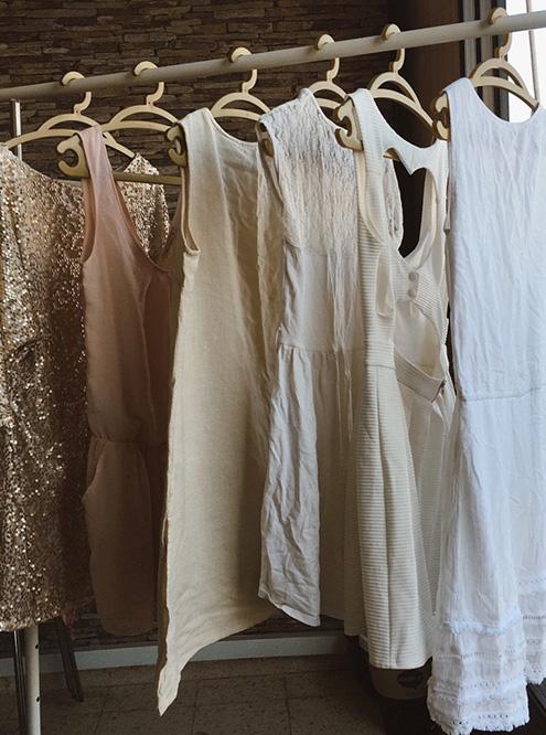 На этом фото — лишь десятая часть одежды, которой мы менялись на одной из вечеринок. Два платья с этого снимка теперь висят в моем шкафу