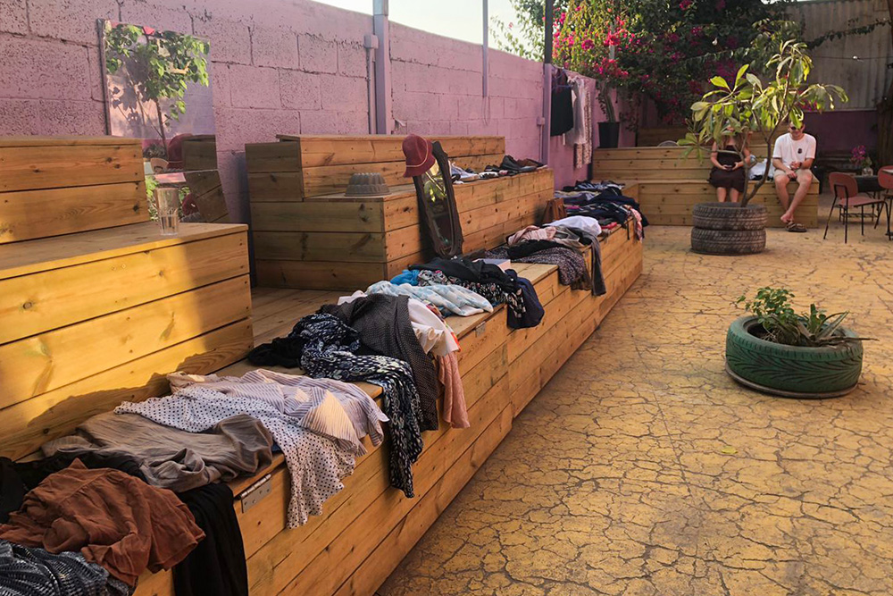 Этот своп ребята провели в ноябре на территории арт-хостела в Тель-Авиве. Из-за ограничений, масочного режима и ощущения паники люди оставляли одежду, мельком смотрели чужие вещи и уходили. Я тоже принесла целый мешок и сразу убежала по другим делам