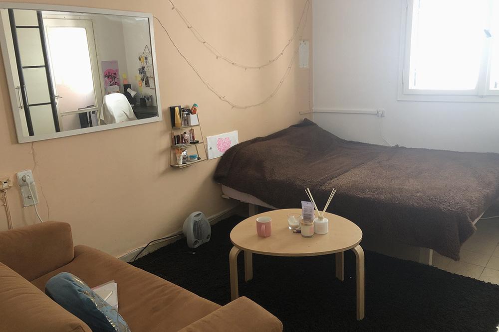 В новую комнату поместились кровать, огромный шкаф, рабочий стол, маленький столик и небольшой диван — было пространство и дляработы, и дляотдыха