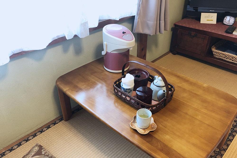 Сразу после заселения мне принесли в комнату набор для чаепития