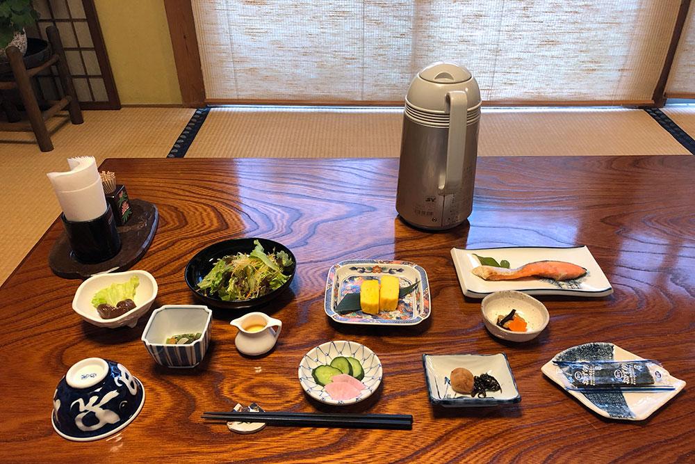 Утром моя новая японская бабушка накормила меня традиционным завтраком