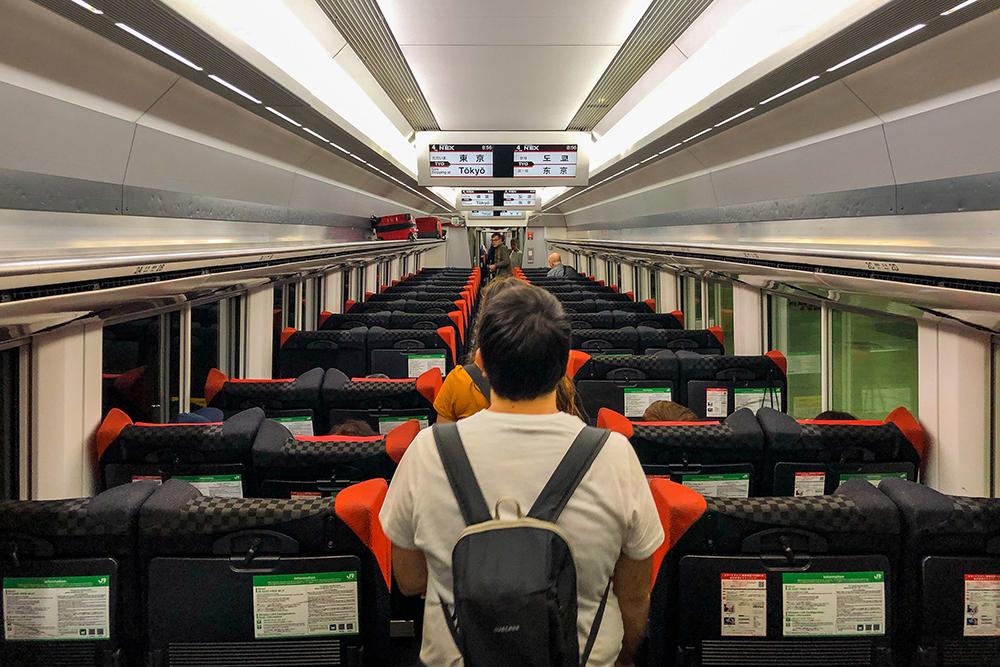 В вагоне поезда «Нарита-экспресс»