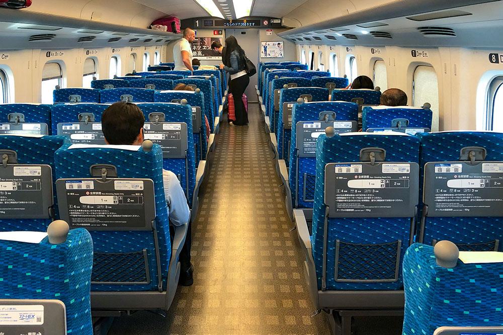 Внутри синкансена «Хикари», который идет из Одавары в Киото. От первой поездки в синкансене у меня было очень много впечатлений