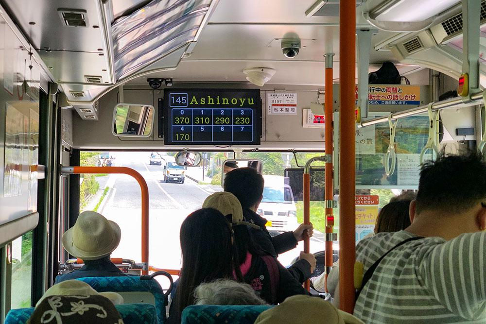 Табло с расчетом стоимости проезда. Например, если я сел на начальной остановке (0), то привыходе на следующей остановке, Асиною, я заплачу 370¥, а если я сел на предыдущей остановке (4) и выхожу на следующей, то за проезд мне нужно приготовить 170¥