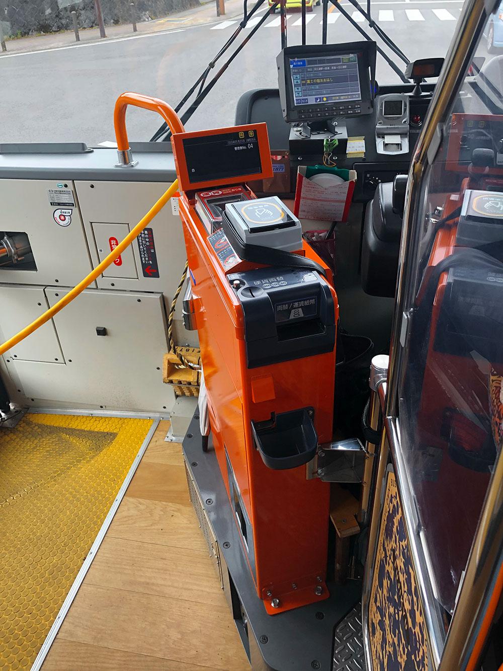 Автомат дляоплаты проезда на выходе из автобуса сам считает загруженную в него горстью мелочь и дает сдачу