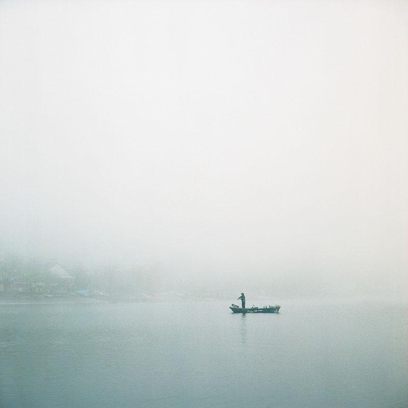Одинокий рыбак на озере Чузендзи